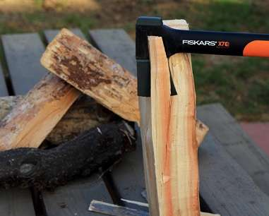 fiskars x7 splitting wood