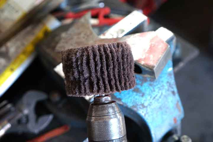 cleaning-the-axe-head-with-scotch-brite